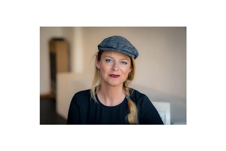 Zur Person: Maike Plath ist Autorin, Theaterpädagogin und Lehrerin. Als konstruktive Antwort auf ihre Erfahrungen im Berliner Schulalltag entwickelte Plath während ihrer neunjährigen Tätigkeit an einer Brennpunktschule ihr partizipatives künstlerisches Konzept, das so genannte Mischpult-Prinzip. Dieses vermittelt selbstbestimmte und individuelle Strategien demokratischer Führung und ist über die Theaterarbeit hinaus auf andere Kontexte übertragbar. Weitere Informationen:www.act-berlin.de, www.maikesblog.de