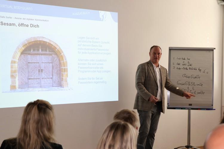 Wie bildet man ein wirklich sicheres Passwort? Martin Hellweg demonstrierte im Seminar seine Methode. Sein Trick: 3 Fragen, intelligent kombiniert. Lesen Sie ihn unter Tipp 3 in unserem Artikel nach.
