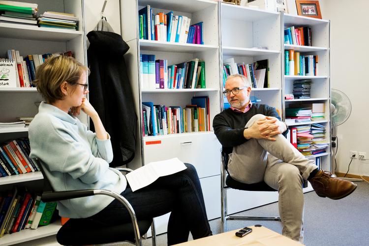 Gregor Berger im Gespräch mit der stellvertretenden Chefredaktorin Evelin Hartmann.