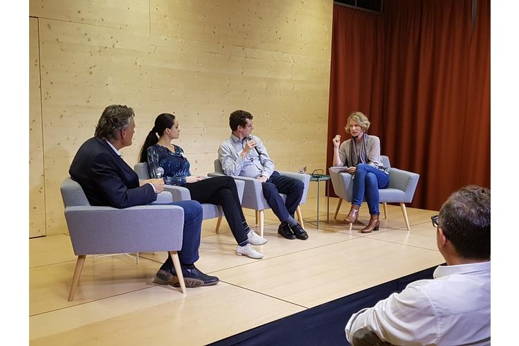 (4/5) Zunächst durften Chefredaktor Nik Niethammer (ganz links) und die stellvertretende Chefredaktorin Evelin Hartmann (ganz rechts) ihre Fragen stellen. Anschliessend war das Publikum dran.