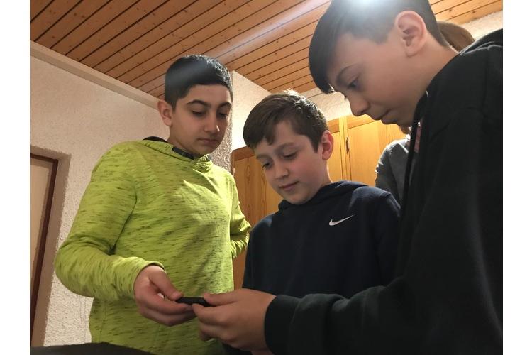 «Isch geil gmacht, Alte!» Sekschüler aus Embrach testen das präparierte Handy.