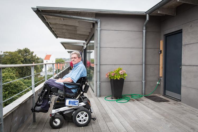 Jesper Juul auf seiner Dachterrassse im dritten Stock eines Backsteinhauses in Odder im Osten Dänemarks.