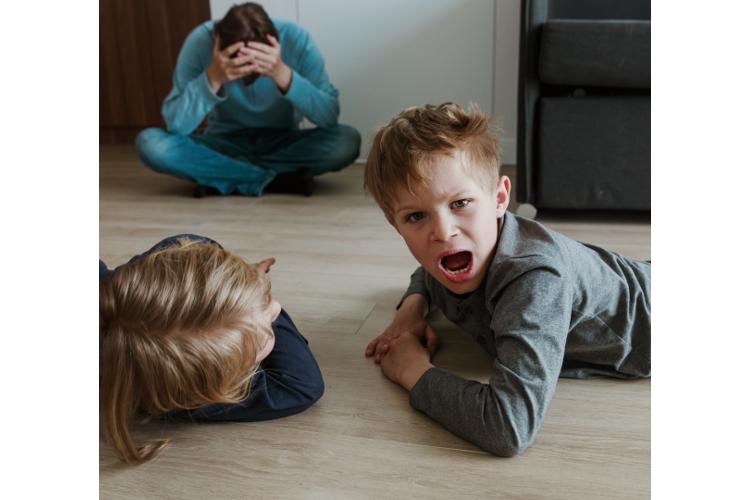 Wenn der Stress über einen längeren Zeitraum anhält, sollten Sie mit den Kindern darüber sprechen.