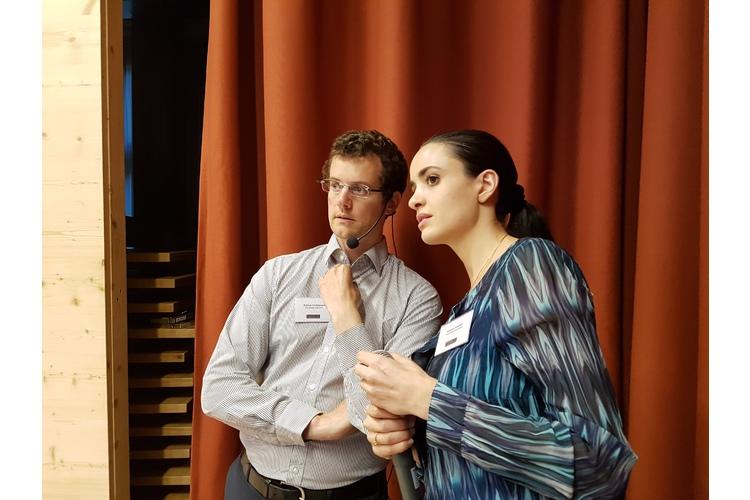 (2/5) Die Referenten Fabian Grolimund und Stefanie Rietzler blicken neugierig ins Publikum, ob sie bekannte Gesichter erkennen.