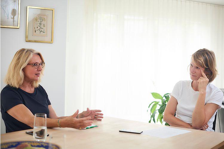 Pasqualina Perrig-Chiello (im Gespräch mit der stellvertretenden Chefredaktorin Evelin Hartmann) ist Entwicklungspsychologin und Psychotherapeutin. Sie ist emeritierte Professorin für Psychologie an der Universität Bern und Präsidentin der Seniorenuniversität Bern. Pasqualina Perrig-Chiello hat zwei erwachsene Söhne und ein Enkelkind. Sie lebt mit ihrem Mann in Basel.