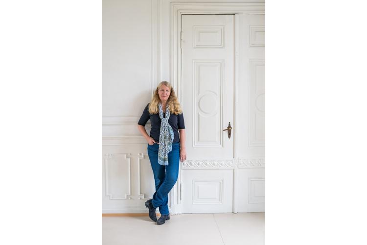 Kristina Calvert hat im Philosophieren mit Kindern promoviert und arbeitet als selbständige Dozentin und Autorin mit Erwachsenen sowie als Kinderphilosophin mit Kindern ab vier Jahren. Sie bildet Erzieher im Philosophieren mit Kindern aus und hat den Verein «Philosophieren mit Kindern» mitgegründet.