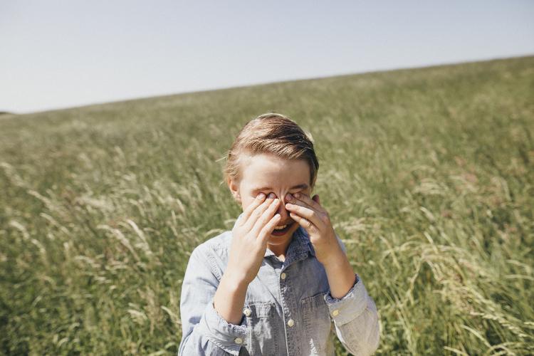Schnupfen, Niesattacken, tränende Augen: Pollen können den Kinderalltag stark belasten.