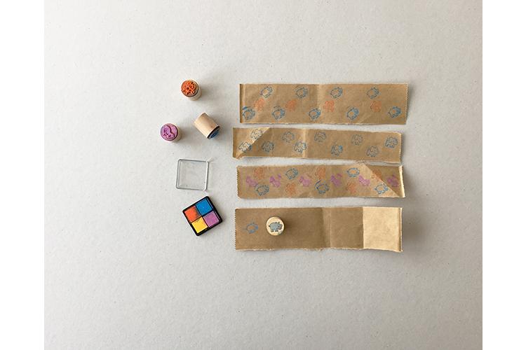 Schritt 2: Die leeren Papierstreifen nach Lust und Laune stempeln oder auch bemalen.