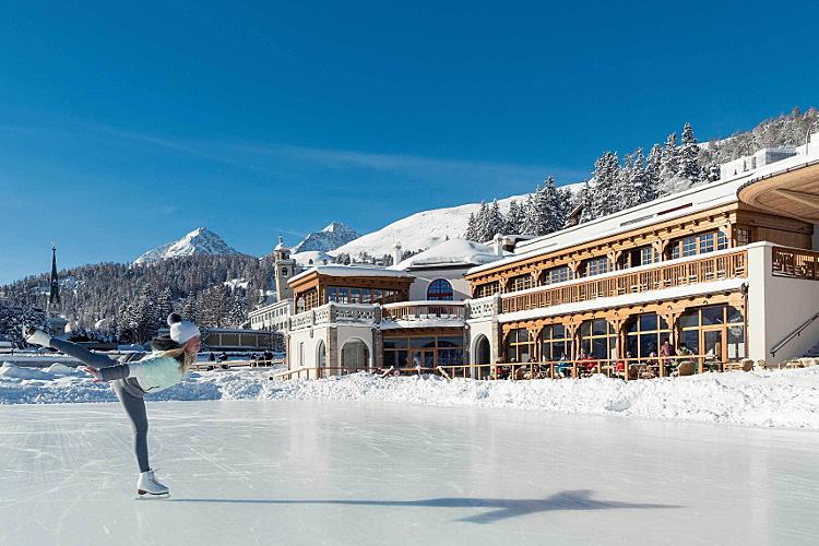 Das glamouröse St. Moritz lädt auch zum Eislaufen ein.