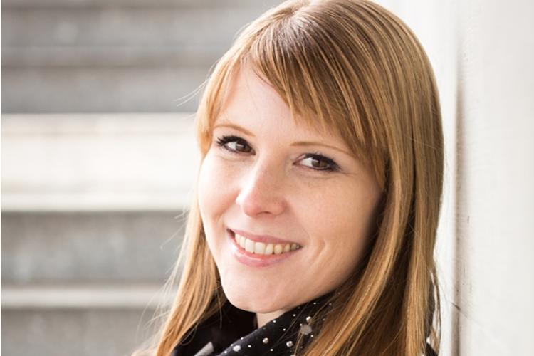 Eveline Hipeli, Dr. phil., ist Kommunikationswissenschaftlerin und Medienpädagogin. Sie arbeitet als Dozentin an der Pädagogischen Hochschule Zürich. Sie ist Mutter von drei Kindern im Alter von 4 bis 10 Jahren.