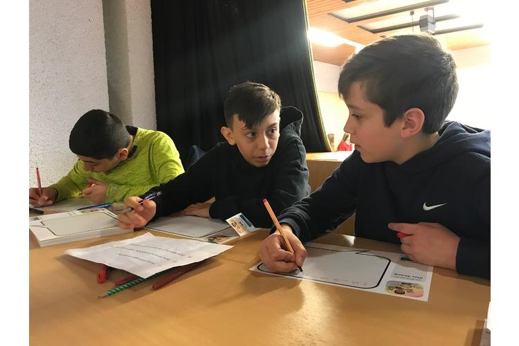 Die Schüler schreiben ihre Erfahrungen mit Mobbing auf.