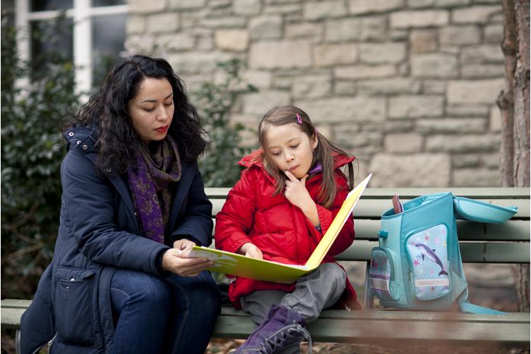 2/2 Amory konnte es kaum erwarten, endlich zur Schule gehen zu dürfen. Hier liest sie mit ihrer Mutter Karín Straub auf dem Pausenhof.