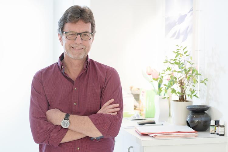 Cyril Lüdin ist Spezialarzt für Kinder und Jugendliche FMH und Fachberater für Emotionelle Erste Hilfe. Er führt seit 1986 als Kinderarzt eine eigene Praxis in Muttenz, nun mit zwei Kolleginnen. Daneben ist er verantwortlicher Pädiater am Bethesda Spital Basel. www.eltern-kind-bindung.net