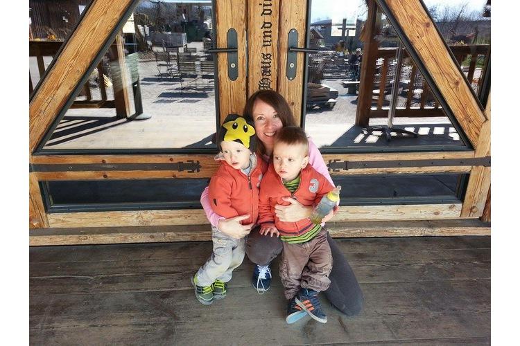 Fiona Kelly und ihre jüngsten Kinder: die dreijährigen Zwillinge. Bild: Privat