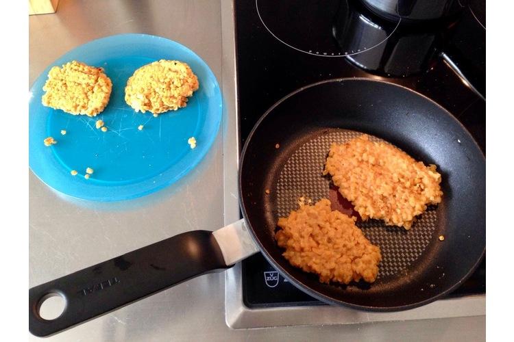 Linsenpuffer mit Rahmrüebli«Die Linsen spüle ich zuerst kalt ab und koche sie dann in gesalzenem Wasser fünf bis zehn Minuten. Danach giesse ich sie in ein Sieb ab und lasse sie abkühlen. Dann: Zwei Eier verquirlen, würzen und die Masse portionenweise von beiden Seiten ca. vier Minuten in der Pfanne anbraten. Dazu Rüebli in Ringe schneiden, in etwas Bouillon kochen und zum Schluss mit Rahm abschmecken. Sehr lecker und ein Evergreen in unserer Küche.»(Manuela via Instagram, Bild: zVg)