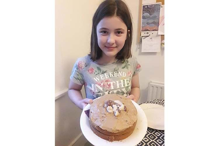 Amala mit einem der vielen Kuchen, die wir im Lockdown gebacken haben