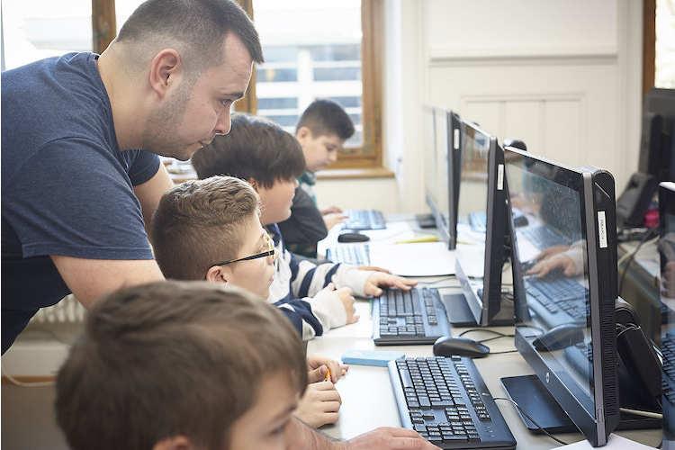 Yasin Oytun ist Informatikstudent an der Uni Basel und unterstützt Primarschüler als Assistenzlehrer im Rahmen des Primalogo-Unterrichts.