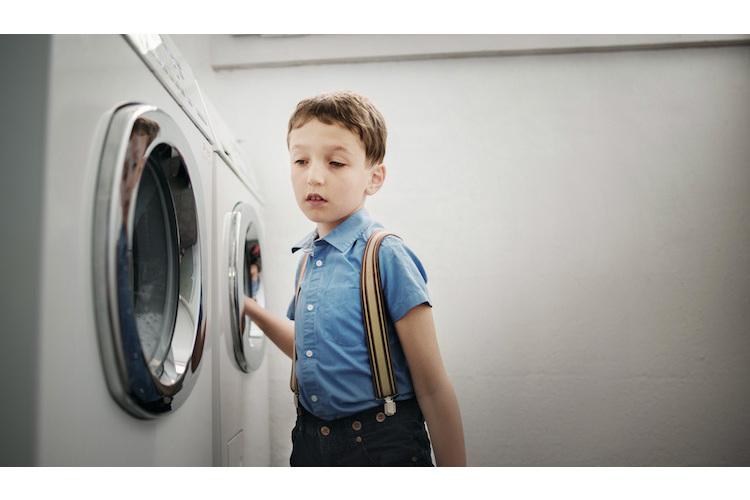 1/4 Der 9-jährige Emilio hat Autismus. Rituale bestimmen sein Leben. Mehrmals am Tag geht er in den Wäscheraum und beobachtet die drehenden Trommeln.