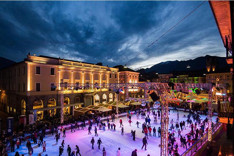 festliches Locarno mit dem Eisfeld auf der Piazza Grande.