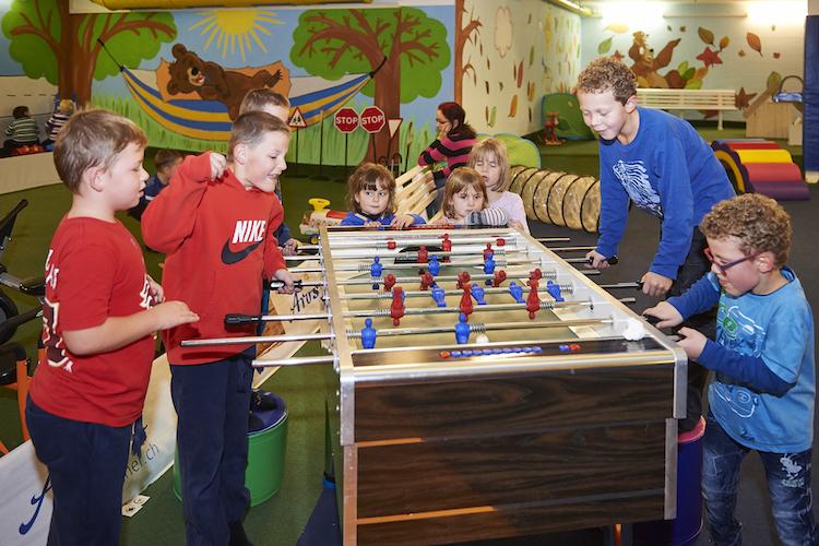 ... oder bei schlechtem Wetter der Indoor-Spielplatz Bärenhöhle. Mehr zum Familien-Angebot:www.arosa.ch/de/winter.