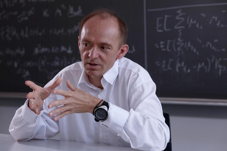 Der Informatikprofessor Juraj Hromkovic ist überzeugt: «Um Spass am Programmieren zu entwickeln, müssen Sie kein Informatik- oder Mathegenie sein.»