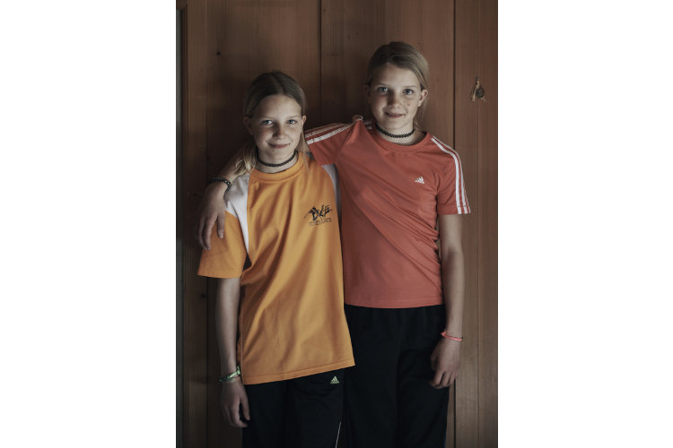 Lena (l.) und Lisa zu Hause in Schwarzenburg BE.