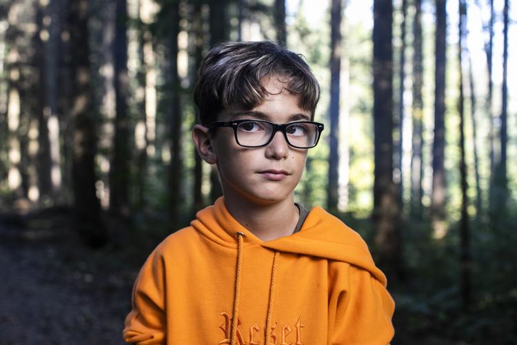 2/6 Alessio, 11 Jahre: Ich finde es ganz ok, wenn wir im Wald draussen sind. Die Fliegen und Mücken nerven, aber richtig toll ist es, wenn wir ein Feuer machen dürfen.