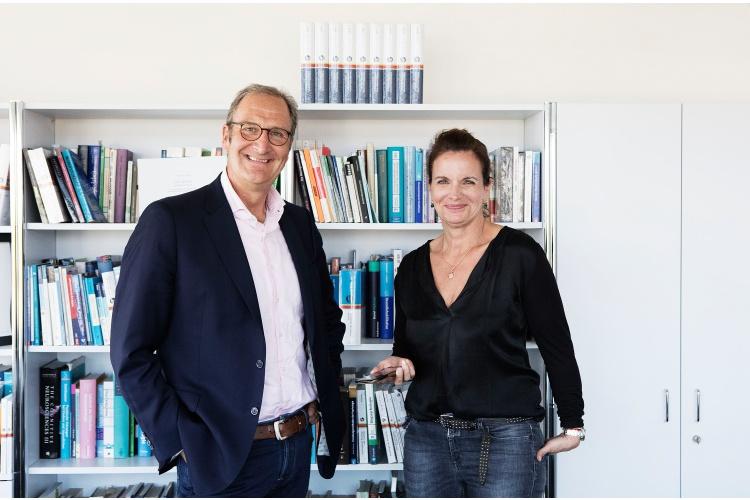Unsere leitende Autorin Claudia Landolt mit Lutz Jäncke.