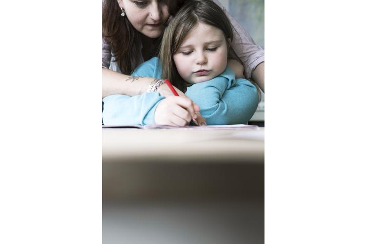 Viele Eltern fühlen sich verpflichtet, bei Hausaufgaben zu helfen.
