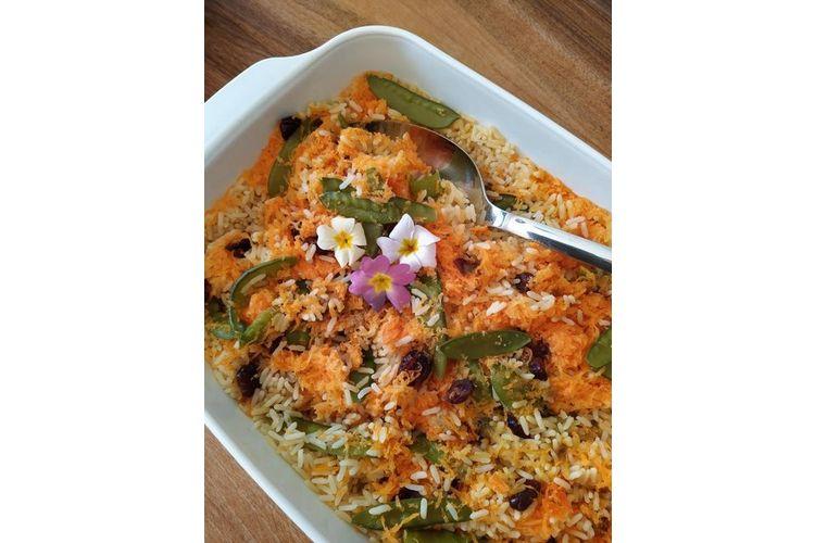 Im Ofen gedämpfter Reis «Es ist schnell zubereitet, gesund und lecker. Die Grundlage ist Reis, geraffelte Karotten, Cranberries, ein wenig geraffelten Ingwer und Gemüsebouillon. Heute habe ich noch tiefgefrorene Kefen dazu gegeben und Primeli aus dem Garten.»(Tanja via Instagram, Bild: zVg)