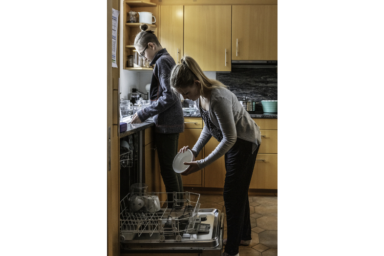 Neil und Faye dürfen zu Hause mitreden. Manchmal müssen sie sich aber auch einfach fügen.