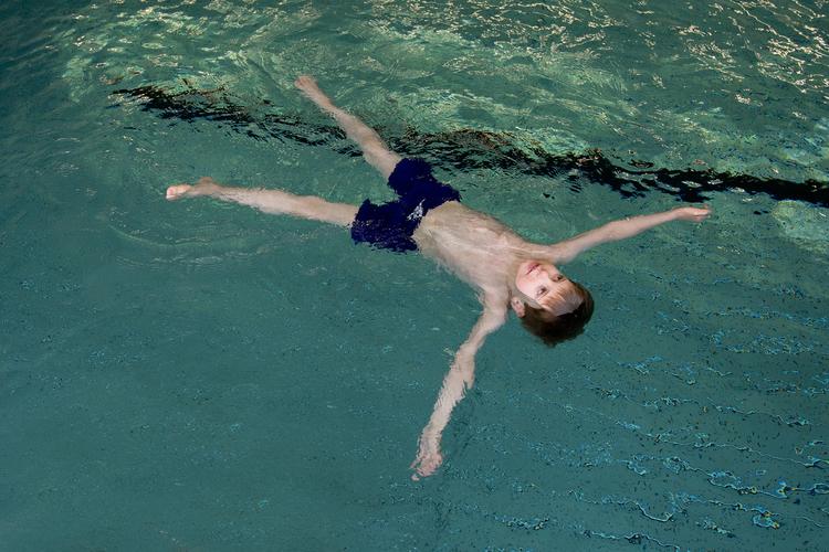 Wer auf dem Wasser schweben kann, spart Kräfte. Aber das ist schwieriger, als es aussieht.
