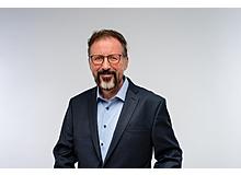 André Zimpel ist Professor für Erziehungswissenschaft an der Universität Hamburg. Er befasst sich seit 20 Jahren mit der geistigen Entwicklung von Kindern, insbesondere mit Spieldiagnostik und Spielförderung. Er ist verheiratet und Vater von zwei Kindern.