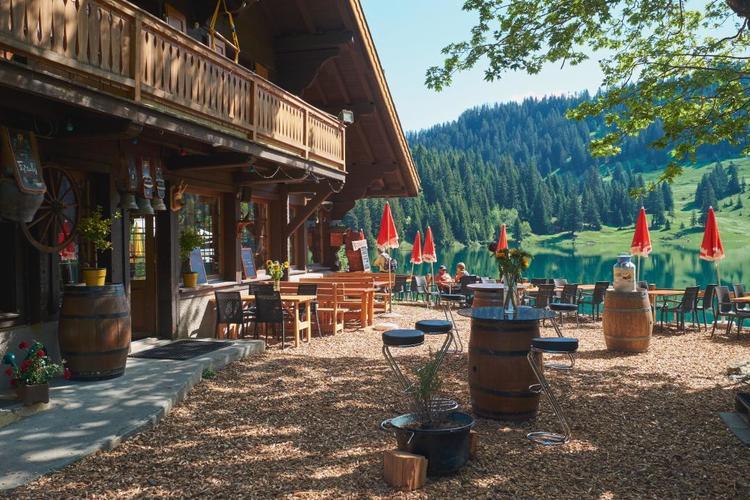 Für den kleinen Hunger mit Seeblick: das Seerestaurant am Lac Chavonnes