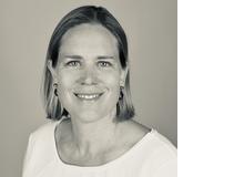 Valerie Wendenburg ist Journalistin und lebt in Bottmingen BL. Neben dem alltäglichen Spagat zwischen Familienleben, Arbeit und selbstbestimmter Zeit ist es ihr wichtig, die Beziehung zu jedem ihrer vier Kinder und zu ihrem Mann in den unterschiedlichen Lebensphasen zu pflegen.