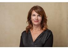 Claudia Landolt ist leitende Autorin von Fritz+Fränzi und Mutter von vier Buben. Sie entdeckt gerade, wie wichtig und lehrreich es ist, an Papatagen auch mal Fünfe gerade sein zu lassen.
