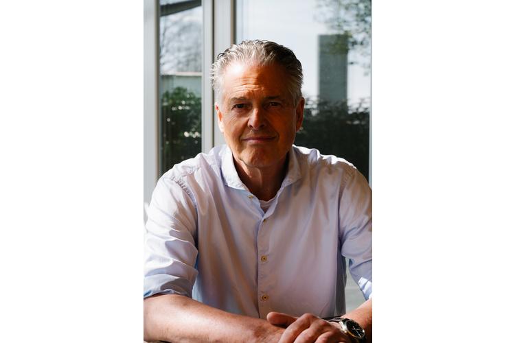 Mathias Voelchert ist Gründer und Leiter von «familylab.de – die Familienwerkstatt» in Deutschland, die nach den Werten von Jesper Juul arbeitet. Er ist Betriebswirt, Ausbildner, praktischer Supervisor, Coach und Buchautor. Voelchert berät Paare, Familien, Schulen und Unternehmen zum Thema Gleichwürdigkeit und gelingende Beziehungen. Er ist Vater von zwei erwachsenen Kindern und lebt mit seiner Frau im Bayerischen Wald.