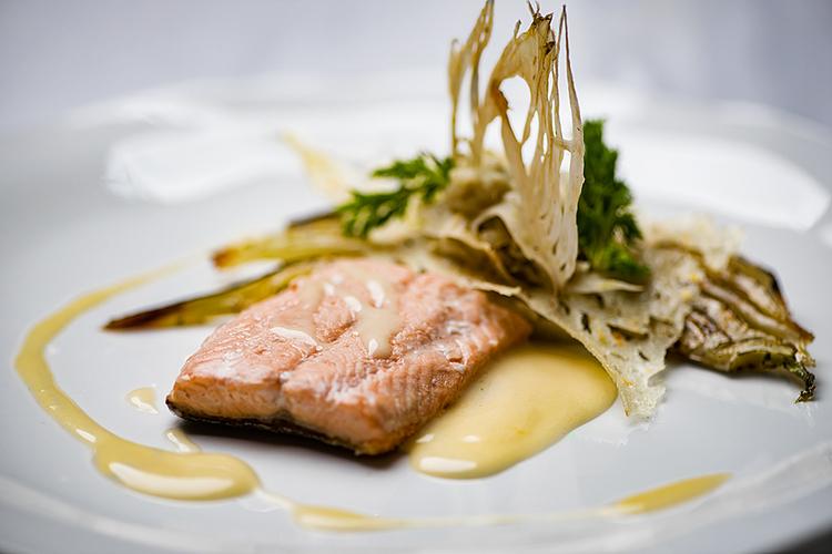 Geniessen Sie zarte Lachsforelle und andere lokale, kulinarische Köstlichkeiten.