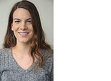 Corinna Hartmann ist Psychologin und arbeitet als Wissenschaftsjournalistin in Saarbrücken. Ihr jüngerer Bruder biss ihr als Kindeinmal so ins Bein, dass der Zahnabdruck nochwochenlang zu sehen war. Inzwischen hat sie ihm verziehen.