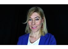 Anna Jelen, 42, eine typische Schwe-Schwe* ist Zeitexpertin, Keynote-Speakerin und Podcasterin. Sie hat ein Bonuskind** namens Nina, 12 Jahre alt, und lebt mit ihrem Ehemann Samuel in Arosa und teilweise in Schweden. *  Schweizerin/Schwedin** nennt man in Schweden ein Kind, das der Partner mit in die Beziehung bringt