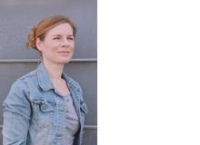 Julia Meyer-Hoffmann ist Mutter einer zehnjährigen Tochter und eines vierjährigen Sohns und lebt in Hannover. Täglich erfährt sie, wie unterschiedlich impulsiv ihre Kinder reagieren können – und wie sehr man als Eltern dadurch in der eigenen Impulskontrolle gefordert ist.