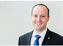 Samuel Zingg ist Lehrperson an der Sekundarstufe I in Buchholz GL und Mitglied der Geschäftsleitung des LCH. Der Vater einer siebenjährigenTochter und eines fünfjahrigen Sohnes wohnt in Mollis GL.
