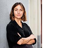Jana Avanzini ist freie Journalistin und Theaterschaffende. Sie lebt mit ihrem Partner und dem gemeinsamen Sohn in Luzern. In der Schwangerschaft beschäftigte sie sich ungerne mit Elternratgebern. Die ersten Schuldgefühle plagten sie deswegen.