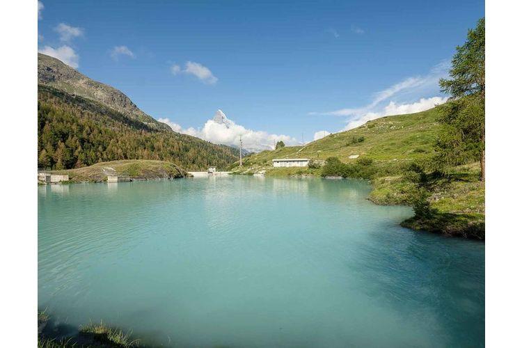 Der Moosjisee wird von Gletscherwasser gespiesen. Daher rührt seine türkis bis milchig-trübe Farbe.