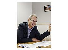 Professor Oskar Jenni ist Kinderarzt und leitet seit 2005 zusammen mit Bea Latal die Abteilung Entwicklungspädiatrie des Kinderspitals Zürich. Er ist verheiratet und Vater von vier schulpflichtigen Kindern.