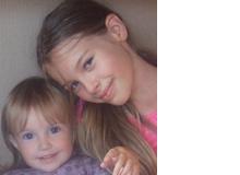 Smilla (10, hier mit ihrer kleinen Schwester) schreibt gerne Listen, die anderen Kindern helfen sollen, aber insbesondere von Erwachsenen gerne gelesen werden. Sie hat auch Tipps gegeben,