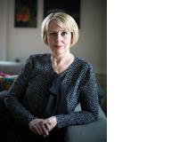 Silvia Aeschbach, 55, ist Journalistin und Buchautorin. Sie ist bei der SonntagsZeitung für die deutsch-sprachige Ausgabe des Lifestyle-Magazins «Encore» verantwortlich und schreibt im Tages-Anzeiger den Blog «Von Kopf bis Fuss». Ihr neustes Buch trägt den Titel «Älterwerden für Anfängerinnen – Willkommen im Club!» (Verlag Wörterseh). Silvia Aeschbach ist kinderlos und lebt mit ihrem Mann in Zürich.