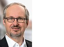 Oliver Hunziker ist Informatiker, Präsident der Beratungsorganisation Verein für elterliche Verantwortung (VeV Schweiz), Präsident des Dachverbandes GeCoBi – Schweizerische Vereinigung für gemeinsame Elternschaft, Präsident und Gründer des Männer- und Väterhauses ZwüscheHalt, Aargau, Bern und Luzern, Vizepräsident des International Council on Shared Parenting. Er lebt in seiner Patchworkfamilie im Kanton Aargau.