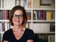 Irma Aregger arbeitet als freischaffende Texterin und wohnt am Zürisee. Die humorvolle Bündnerin kämpft abwechslungsweise mit dem