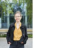 Franziska Engelhardt produziert die Berufswahl-Podcasts von Fritz+Fränzi. Die 43-Jährige machte die KV-Lehre in einem Fitnessclub, arbeitete danach in einem Hotel, war Flight Attendant und Filmproduktionsassistentin. Ende 20 holte sie die Matura nach, wurde Journalistin und ist heute bei der Podcast-Schmiede in Winterthur tätig.